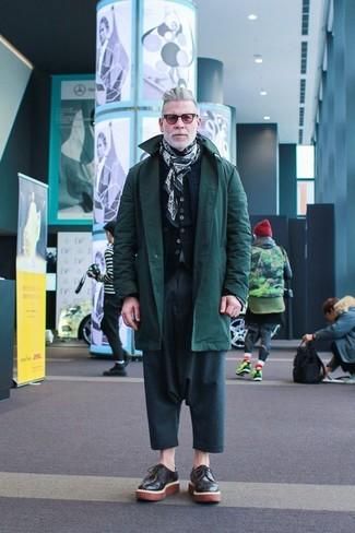 Как Nick Wooster носит Темно-зеленая парка, Темно-синяя стеганая куртка без рукавов, Черный кардиган, Темно-бирюзовые брюки чинос