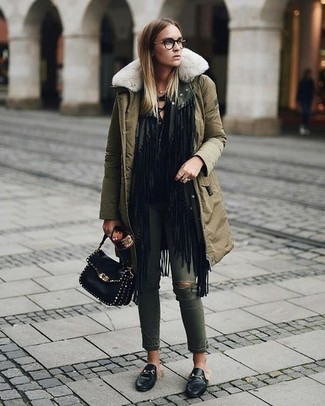 Как и с чем носить: оливковая парка, черный открытый кардиган c бахромой, черная футболка с длинным рукавом, оливковые рваные джинсы скинни