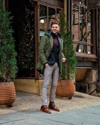 Как и с чем носить: оливковая парка, темно-зеленый шерстяной пиджак, темно-пурпурная водолазка, бежевые классические брюки в клетку