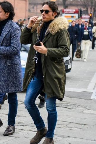 Темно-синяя водолазка: с чем носить и как сочетать мужчине: Если ты предпочитаешь не воспринимать моду слишком серьезно, тебе понравится этот ансамбль из темно-синей водолазки и синих рваных зауженных джинсов. В паре с коричневыми замшевыми ботинками челси такой образ выглядит особенно выгодно.