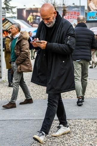 Модные мужские луки 2020 фото зима 2021: Если у тебя наметился суматошный день, сочетание черной парки и черных джинсов позволит составить комфортный ансамбль в стиле casual. В сочетании с этим луком гармонично выглядят белые кожаные низкие кеды. Примерь такой лук разок, и ты больше не сможешь представить себе холодную пору без этого лука.