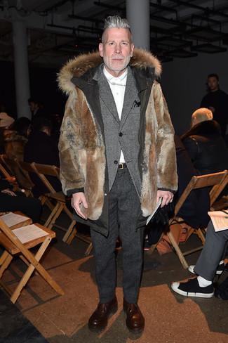 Как Nick Wooster носит Коричневая меховая парка, Серый шерстяной пиджак, Белая классическая рубашка, Темно-серые шерстяные классические брюки