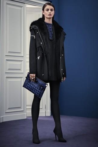 Как и с чем носить: черная шерстяная парка, черное платье прямого кроя в вертикальную полоску, черные замшевые туфли, темно-синий кожаный клатч