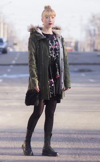 Как и с чем носить: оливковая парка, черное повседневное платье с вышивкой, черные кожаные ботинки на шнуровке, черная меховая сумка через плечо