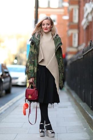 Как и с чем носить: темно-зеленая парка с камуфляжным принтом, бежевое пончо, черная юбка-миди со складками, серебряные кожаные массивные босоножки на каблуке
