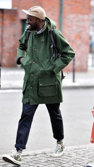 Темно-синие брюки чинос: с чем носить и как сочетать: Несмотря на то, что это достаточно простой ансамбль, образ из темно-зеленой парки и темно-синих брюк чинос приходится по душе стильным молодым людям, а также покоряет дамские сердца. Чтобы образ не получился слишком претенциозным, можешь надеть оливковые высокие кеды из плотной ткани с камуфляжным принтом.