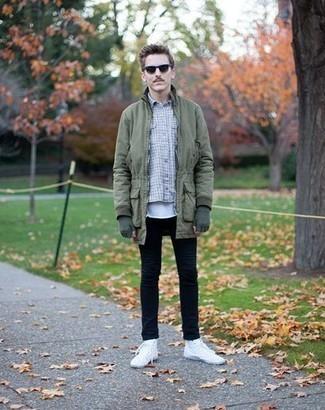 Белая футболка с круглым вырезом: с чем носить и как сочетать мужчине: Белая футболка с круглым вырезом и черные джинсы — великолепный вариант, если ты хочешь создать раскованный, но в то же время модный мужской лук. Нравится рисковать? Тогда дополни ансамбль белыми высокими кедами из плотной ткани.