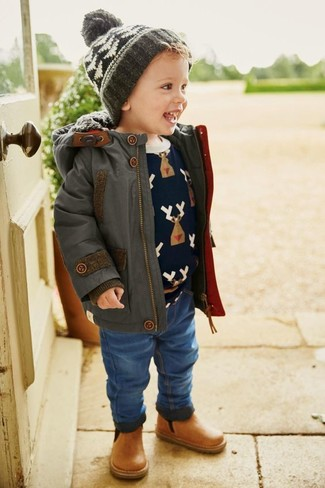 Как и с чем носить: темно-серая парка, темно-синий свитер с принтом, синие джинсы, светло-коричневые кожаные ботинки