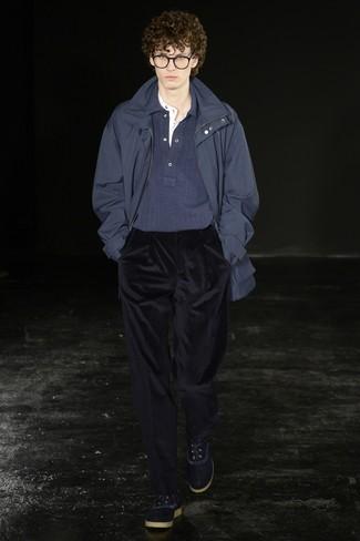 Как и с чем носить: темно-синяя парка, темно-синий свитер с воротником поло, белая футболка на пуговицах, темно-синие вельветовые классические брюки