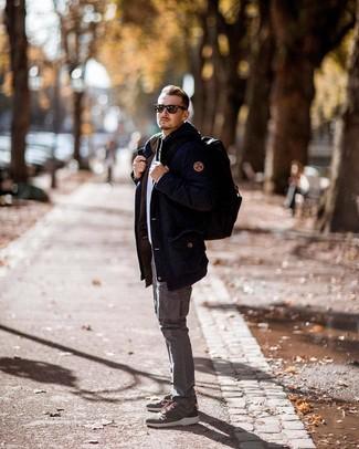 Как и с чем носить: темно-синяя парка, белый свитер с круглым вырезом, серые брюки карго, оливковые кроссовки