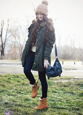 Как и с чем носить: темно-зеленая парка, бежевый свитер с круглым вырезом, темно-синие джинсы скинни, светло-коричневые кожаные ботинки на шнуровке