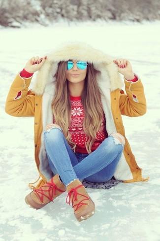 Как и с чем носить: светло-коричневая парка, красный свитер с круглым вырезом с жаккардовым узором, голубые рваные джинсы скинни, светло-коричневые угги