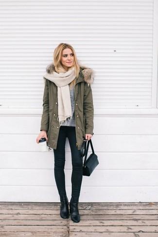 Модный лук: Оливковая парка, Серый свитер с круглым вырезом, Черные джинсы скинни, Черные кожаные ботильоны