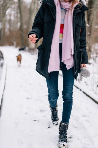 Как и с чем носить: черная парка, разноцветный свитер с круглым вырезом в горизонтальную полоску, темно-синие джинсы скинни, черные замшевые зимние ботинки