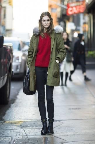 Как и с чем носить: оливковая парка, красный свитер с круглым вырезом, черные джинсы скинни, черные кожаные ботинки челси