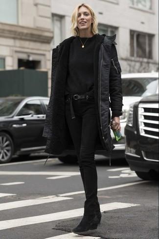 Как и с чем носить: черная парка, черный свитер с круглым вырезом, черные джинсы скинни, черные замшевые ботильоны