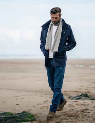 Как и с чем носить: темно-синяя парка, белый свитер с круглым вырезом, синие джинсы, оливковые замшевые ботинки дезерты