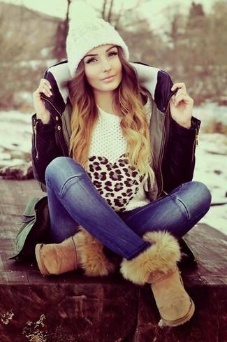 Как и с чем носить: оливковая парка, белый свитер с круглым вырезом с леопардовым принтом, синие джинсы, светло-коричневые угги