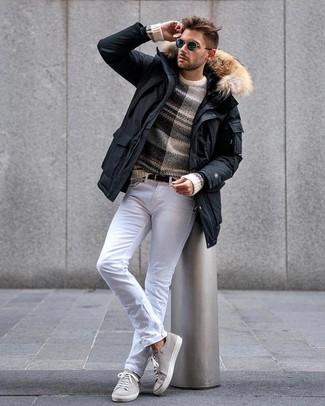 Как и с чем носить: черная парка, бежевый свитер с круглым вырезом в горизонтальную полоску, белые джинсы, серые замшевые низкие кеды