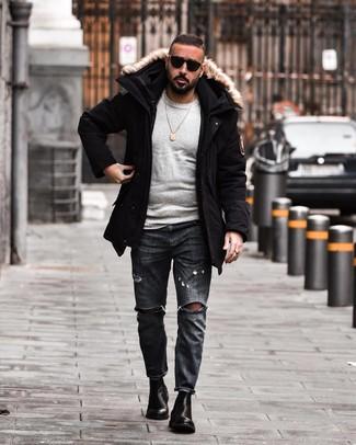 Как и с чем носить: черная парка, серый свитер с круглым вырезом, темно-серые рваные джинсы, черные кожаные ботинки челси