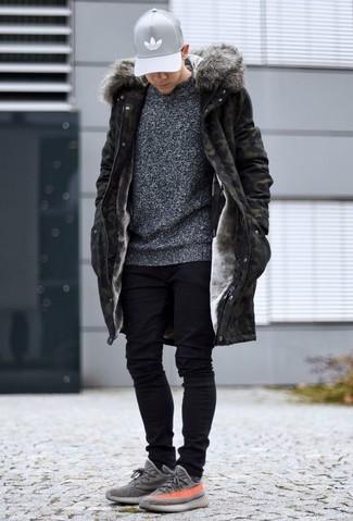 Как и с чем носить: оливковая парка с камуфляжным принтом, темно-серый свитер с круглым вырезом, черные зауженные джинсы, серые кроссовки
