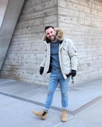 Как и с чем носить: бежевая парка, синий свитер с круглым вырезом, голубые рваные зауженные джинсы, светло-коричневые замшевые ботинки челси