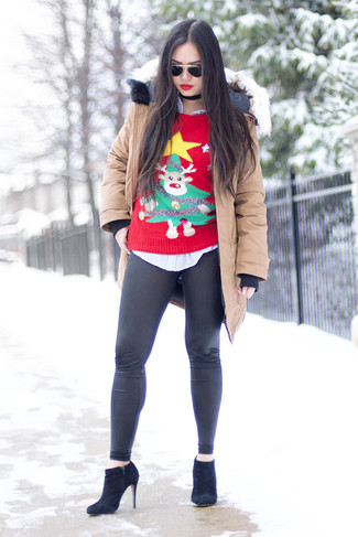 Как и с чем носить: бежевая парка, красный новогодний свитер с круглым вырезом, голубая классическая рубашка в вертикальную полоску, черные кожаные леггинсы