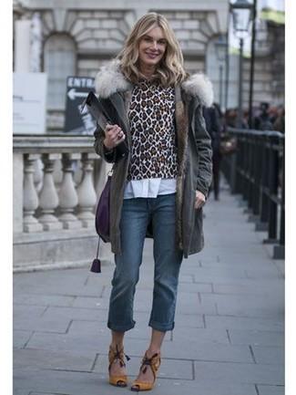 Как и с чем носить: темно-серая парка, коричневый свитер с круглым вырезом с леопардовым принтом, белая классическая рубашка, синие джинсы