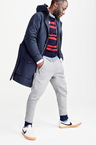 Как и с чем носить: темно-синяя парка, темно-сине-красный свитер с круглым вырезом в горизонтальную полоску, голубая рубашка с длинным рукавом в вертикальную полоску, серые спортивные штаны