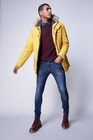 Как и с чем носить: желтая парка, темно-красный свитер с круглым вырезом, темно-синяя рубашка с длинным рукавом в шотландскую клетку, синие зауженные джинсы