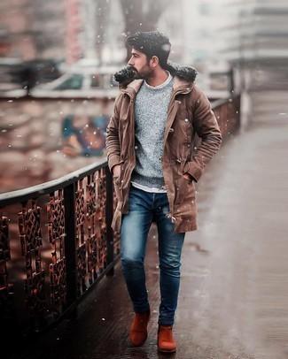 Мужские луки в стиле кэжуал: Если ты делаешь ставку на удобство и практичность, коричневая парка и темно-синие зауженные джинсы — великолепный выбор для стильного повседневного мужского образа. Любишь свежие сочетания? Заверши ансамбль оранжевыми замшевыми ботинками челси.