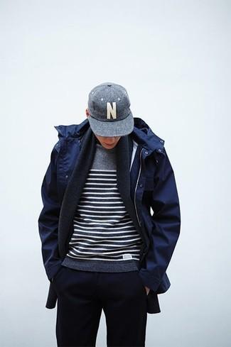 Как и с чем носить: темно-синяя парка, серый свитер с круглым вырезом в горизонтальную полоску, темно-синие спортивные штаны, серая бейсболка