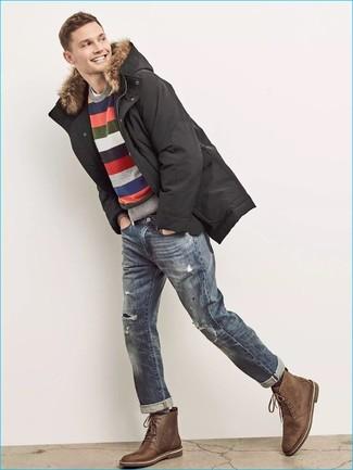 Как и с чем носить: черная парка, разноцветный свитер с круглым вырезом в горизонтальную полоску, белая футболка с круглым вырезом, синие рваные джинсы