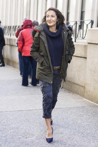 Как и с чем носить: оливковая парка, темно-синий свитер с отложным воротником, темно-синие брюки карго, темно-синие замшевые туфли
