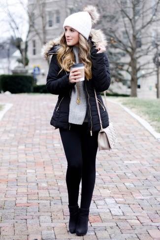 Как и с чем носить: черная парка, серый вязаный свободный свитер, черные джинсы скинни, черные кожаные ботильоны