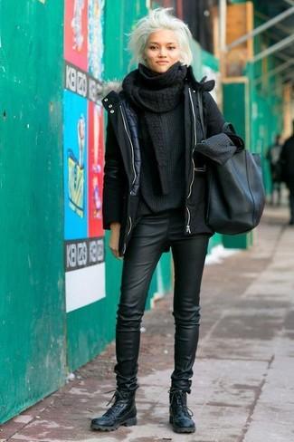 Как и с чем носить: черная парка, черный вязаный свободный свитер, черные кожаные узкие брюки, черные кожаные ботинки на шнуровке