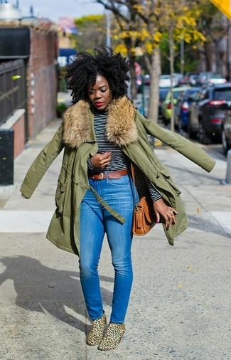 Как и с чем носить: оливковая парка, черно-белая футболка с длинным рукавом в горизонтальную полоску, синие джинсы скинни, светло-коричневые замшевые ботильоны с леопардовым принтом