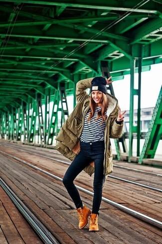 Как и с чем носить: оливковая парка, бело-темно-синяя футболка с длинным рукавом в горизонтальную полоску, темно-синие джинсы скинни, светло-коричневые замшевые ботильоны на шнуровке