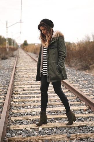 Как и с чем носить: оливковая парка, бело-черная футболка с длинным рукавом в горизонтальную полоску, черные кожаные леггинсы, оливковые замшевые ботильоны