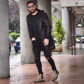 Как и с чем носить: черная парка, черная футболка с круглым вырезом, черные рваные зауженные джинсы, коричневые кожаные ботинки челси