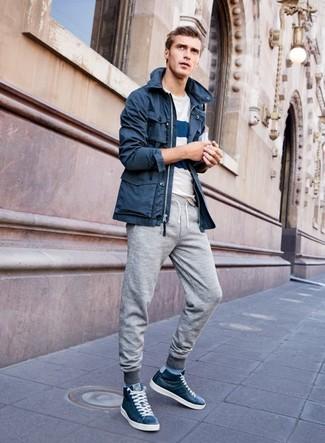 Как и с чем носить: темно-синяя парка, бело-темно-синяя футболка с круглым вырезом в горизонтальную полоску, серые спортивные штаны, темно-синие кожаные высокие кеды