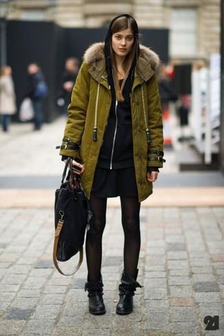 Как и с чем носить: оливковая парка, черный худи, черное повседневное платье, черные кожаные полусапоги