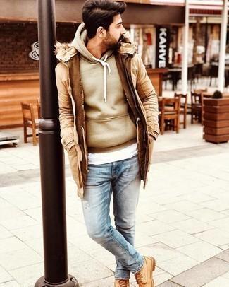 Мужские луки в холод: Светло-коричневая парка и голубые рваные джинсы помогут создать несложный и удобный лук для выходного в парке или вечера в шумном заведении с друзьями. Очень органично здесь будут смотреться светло-коричневые кожаные рабочие ботинки.