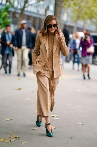 Как и с чем носить: светло-коричневый пиджак без рукавов, светло-коричневый вязаный свитер, светло-коричневые брюки-кюлоты, темно-зеленые кожаные туфли