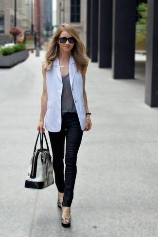 Как и с чем носить: белый пиджак без рукавов, серая майка, черные кожаные джинсы скинни, черные кожаные туфли