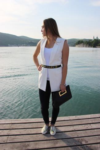 Как и с чем носить: белый пиджак без рукавов, белая майка, черные джинсы, золотые кожаные слипоны