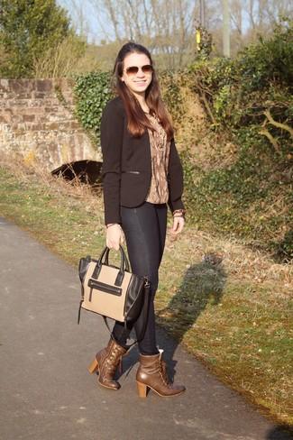 Для свидания в кино или кафе отлично подойдет сочетание коричневой блузки и темно-серых джинсов скинни. Что касается обуви, можно отдать предпочтение классическому стилю и выбрать коричневые кожаные ботильоны.