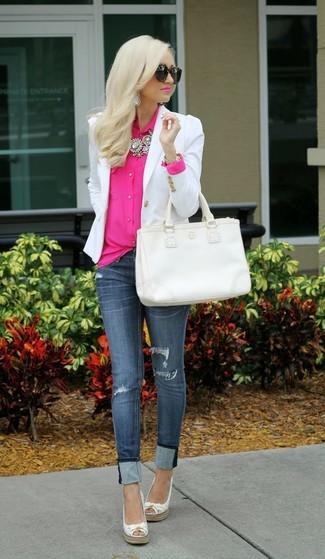 Как и с чем носить: белый пиджак, ярко-розовая блуза на пуговицах, темно-синие рваные джинсы скинни, белые кожаные эспадрильи