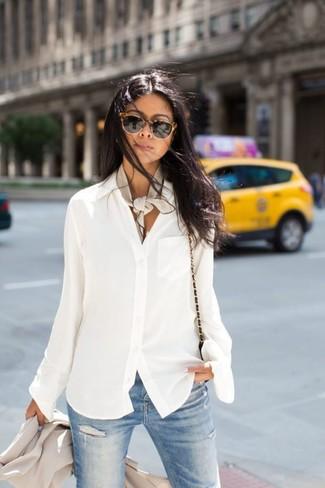 Как и с чем носить: бежевый пиджак, белая шифоновая блуза на пуговицах, голубые рваные джинсы скинни, черная кожаная сумка через плечо