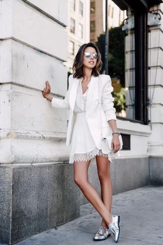 Как и с чем носить: белый пиджак, белая блуза на пуговицах, белая кружевная короткая юбка-солнце, серебряные кожаные лоферы